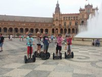 Junto a la fuente de la Plaza de Espana