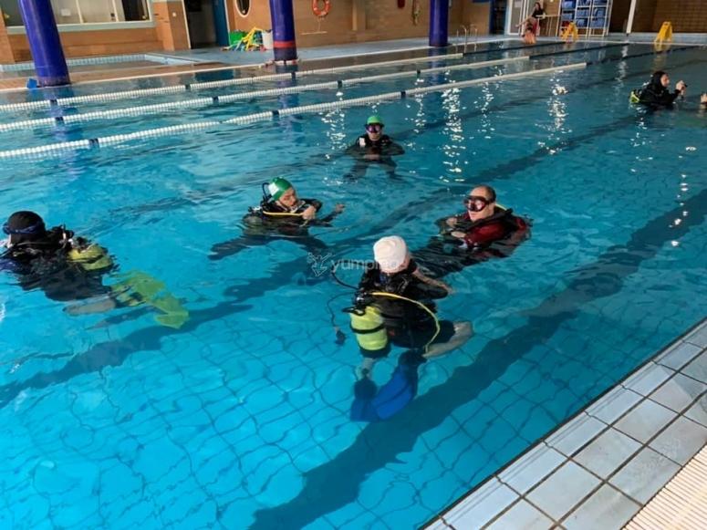 潜水员潜入海中