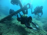 Buceando entre anclas del fondo marino