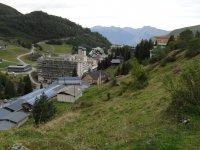 Pueblo pirenaico durante ruta de senderismo