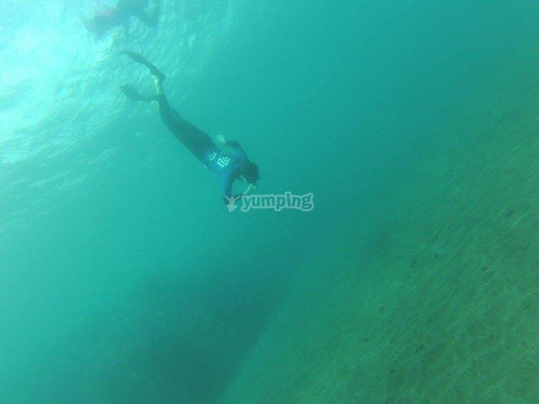 在大加那利岛的海滩潜水