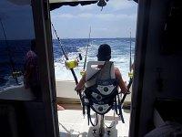 Esperando tranquilamente en el barco a que piquen los peces