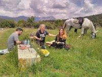 Godendo di un picnic vicino al cavallo