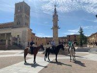 Visitare il villaggio a cavallo
