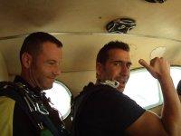 Saltadores dentro del avion