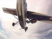 Saltando bajo el ala del avion