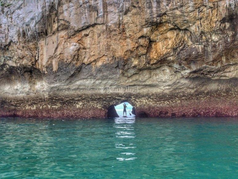 在洞穴中划水板冲浪