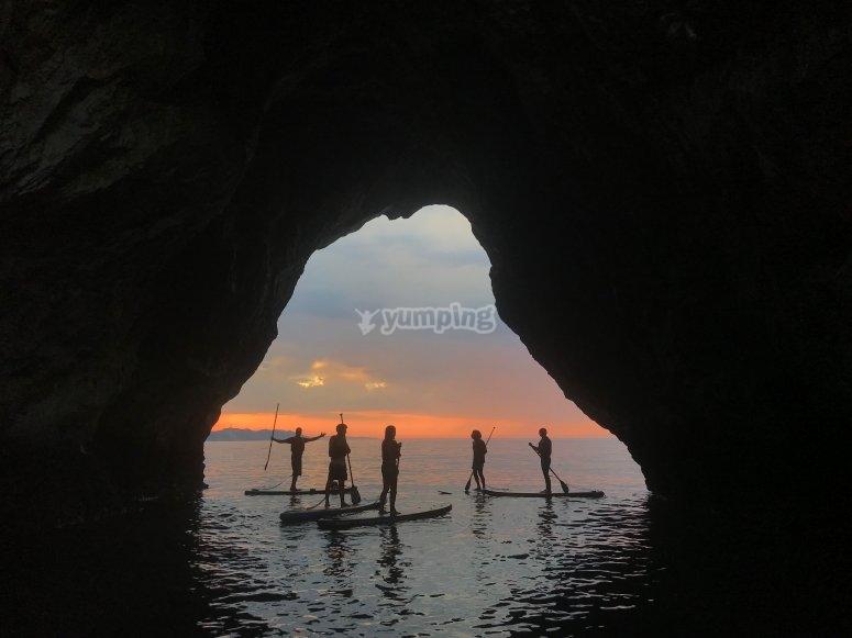 日落时在兰斯划水冲浪