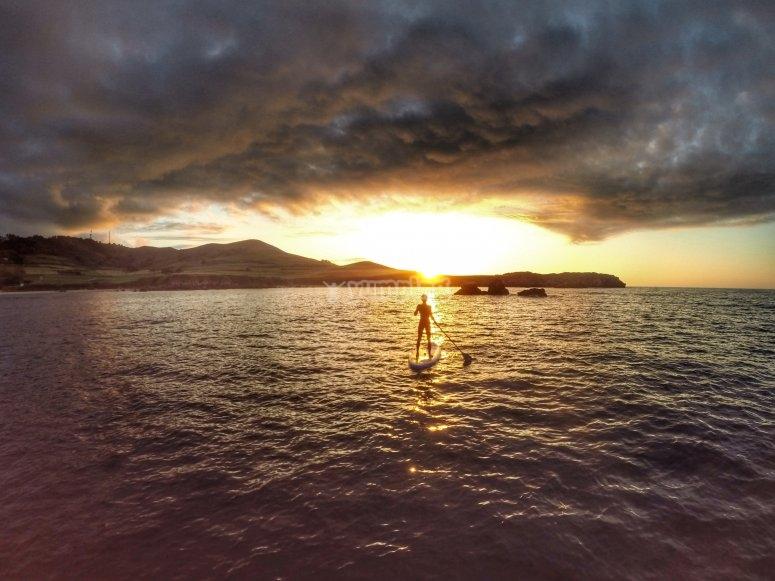 日落时的桨冲浪