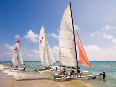 浪漫的双体船之旅,Castelldefels海滩