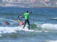 En pie sobre la tabla de surf