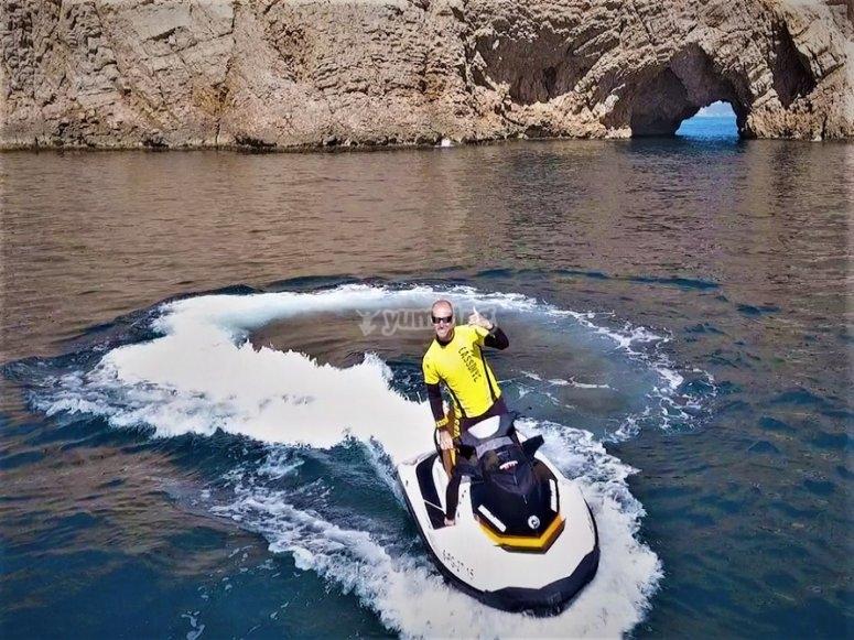 驾驶水上摩托车