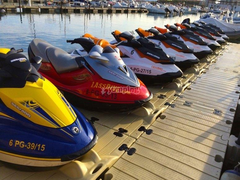 在码头上的水上摩托车