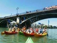 Atravesando el Puente de Triana en kayak
