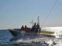 barca con parapendio