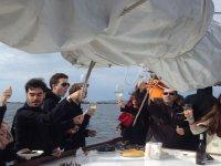 在船上吃饭