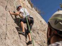 监视器和学生攀岩Benamejí