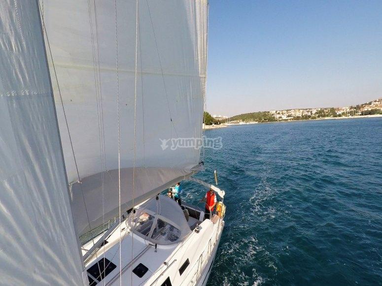 Disfrutando de un paseo en barco en Barcelona