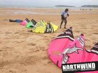 Cometas de kitesurf en la playa