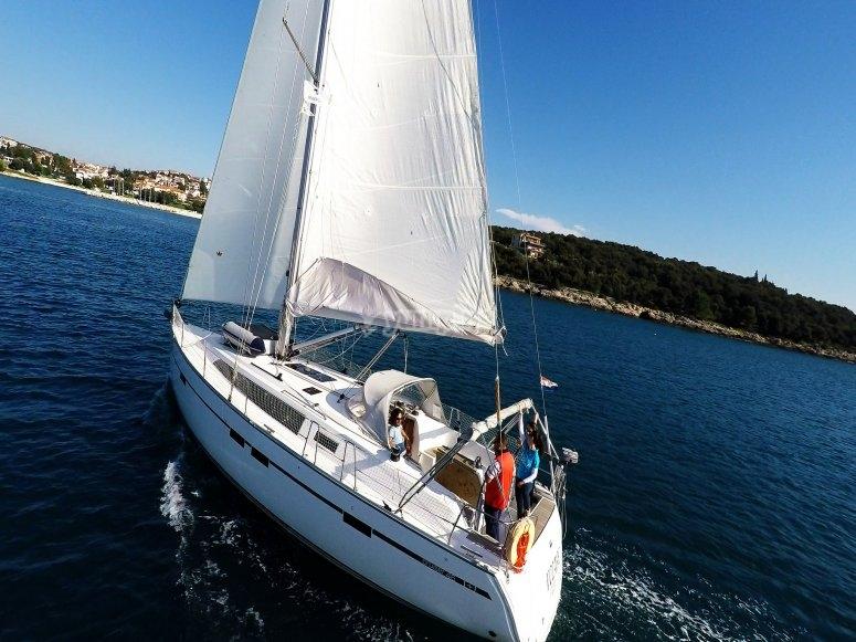 沿着巴塞罗那海岸航行于地中海