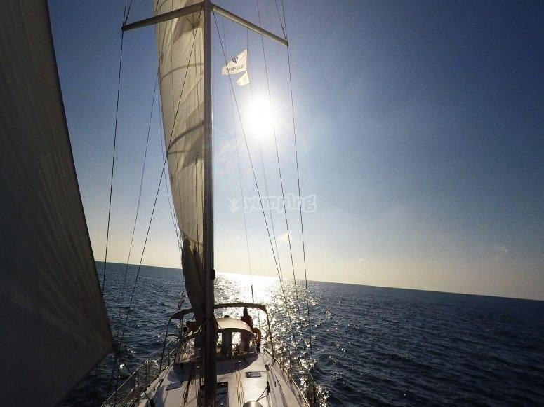 velero por la costa de Barcelona
