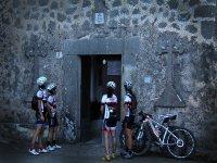 典型建筑中的自行车手