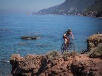 在他们身后的大海中骑自行车