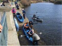Subiendo a los kayaks para comenzar la travesía
