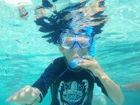 peques disfrutando del buceo con snorkel