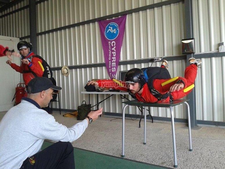 instructor enseñando técnicas para saltar