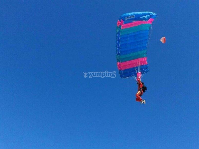 paracaidista en el aire