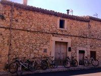 建筑物大门处的自行车
