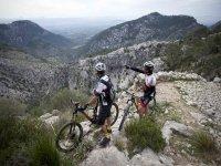 从自行车上指点山峰