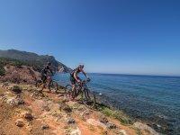 骑自行车的人接近海岸