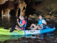 皮划艇和同一路线上的洞穴