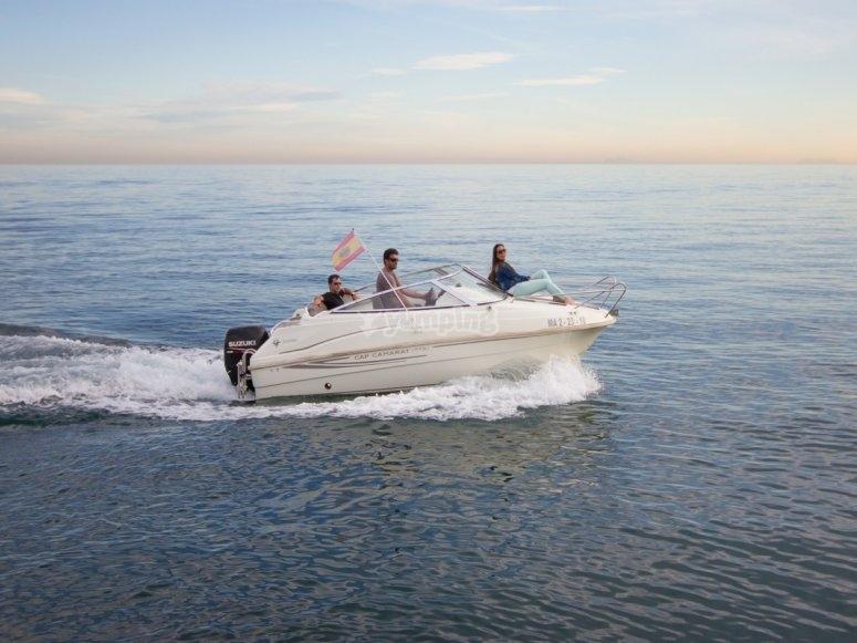 船在Marbella -999水域 - 船在Puerto Deportivo de Marbella