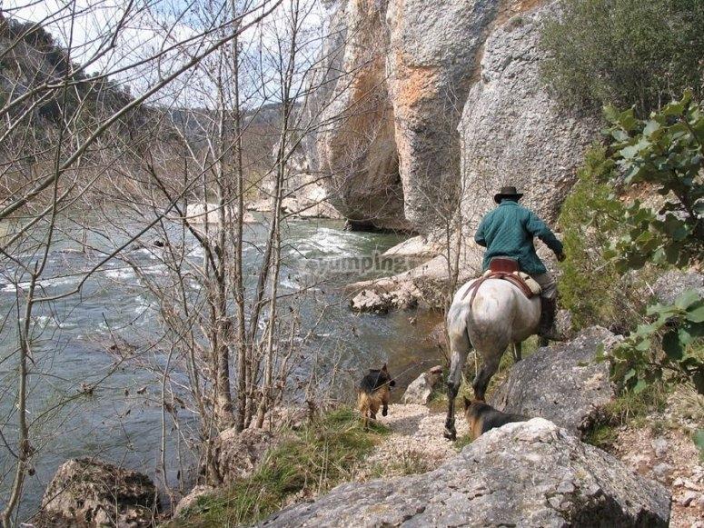 Atravesando la montaña a caballo