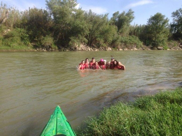 Un chapuzon durante la ruta en kayak