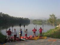 Guida di tiro con l'arco e canoa per gli scolari