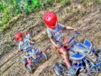 在电动四轮摩托车上骑