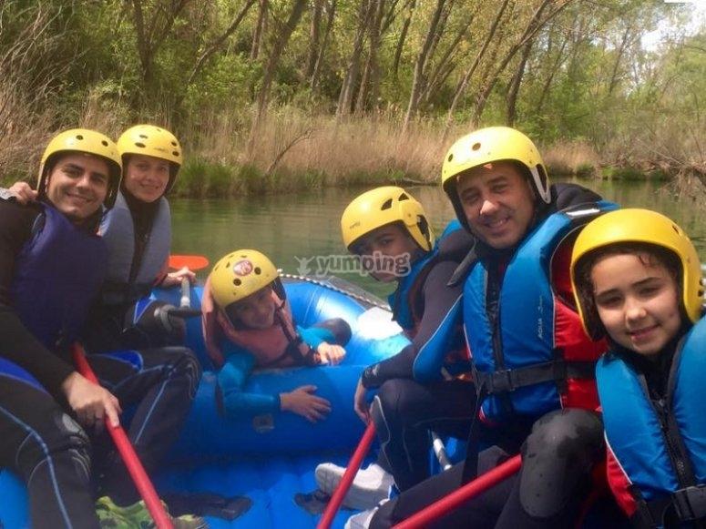 Practicando rafting en familia en el Guadiela