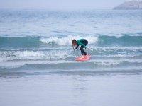 Niños surfeando