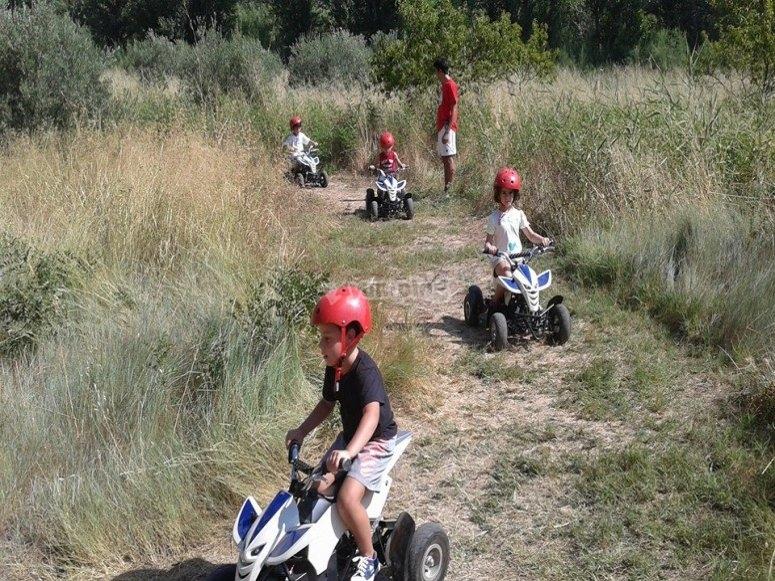学龄儿童电动四轮车