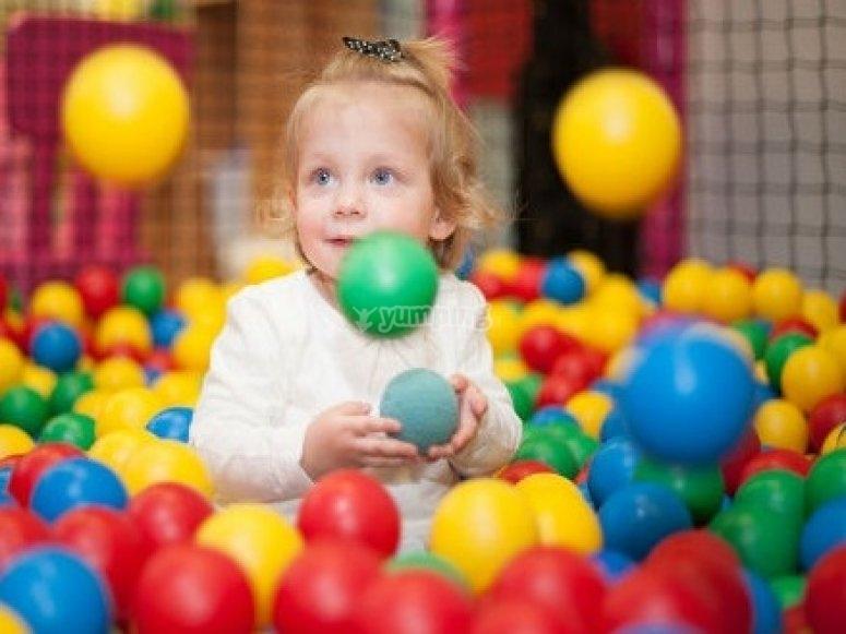 jugando en el parque de bolas de alcorcón