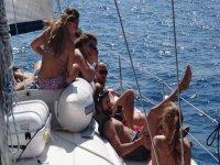 en barco con tus amigos