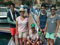 Gruppo dopo la giornata di pesca in famiglia