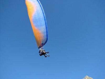 在奥尔加尼亚的特殊滑翔伞飞行