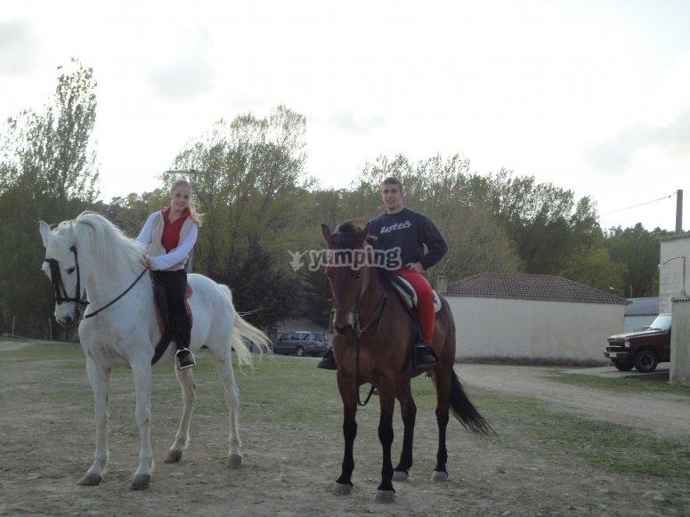 En pareja en los caballos