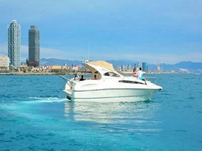 豪华游艇在巴塞罗那1小时的空间