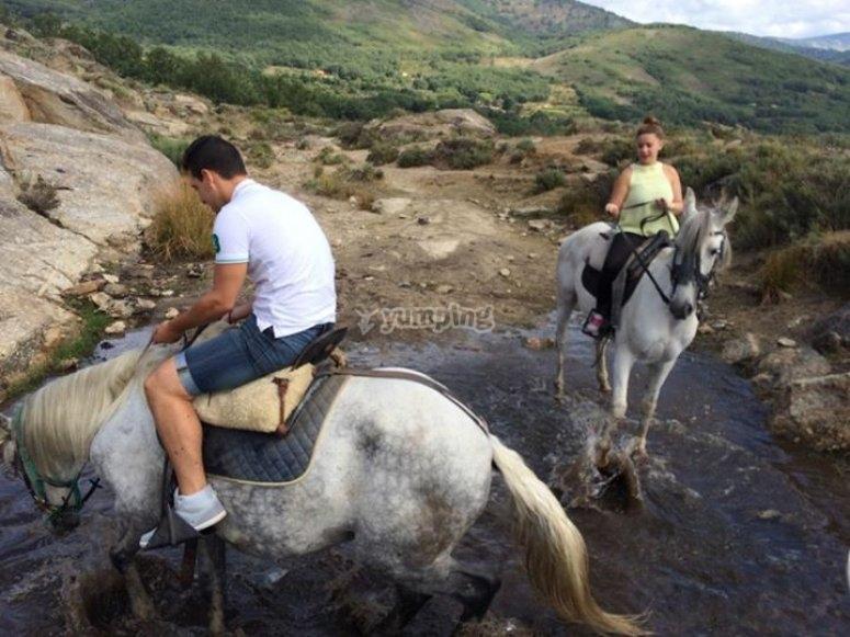 Cruzando un rio a caballo